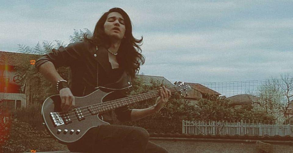 Kerus mentre suona il basso