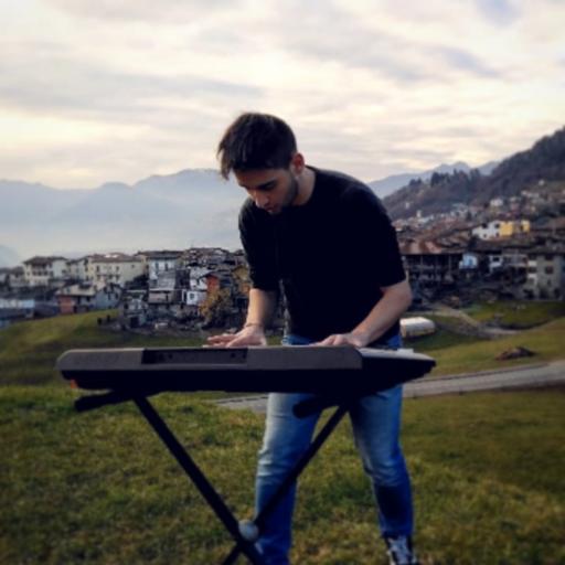 Luca Maccari mentre suona il piano