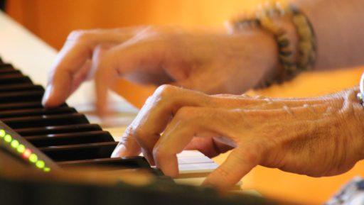 Mani di Tino mentre suona la sua musica